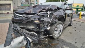Kolizja na Czerniakowskiej. Opel ściął latarnię