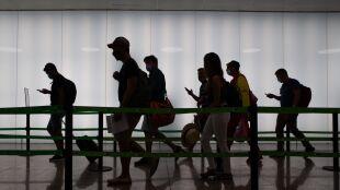 Młodzi zakażają się częściej. W Hiszpanii największa grupa chorych przed trzydziestką