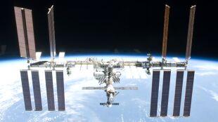 """Obok ISS leciały """"kosmiczne śmieci"""", astronauci schronili się w Sojuzie"""