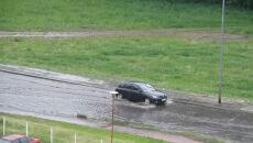 Problemy po deszczu na ul. Świderskiej w Warszawie (Stama/warszawa@tvn.pl)